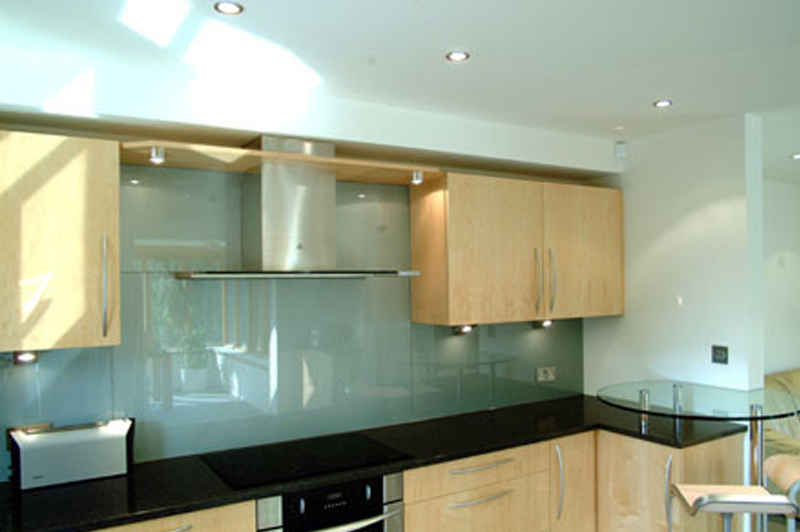 Frentes y encimeras de cristal - Cocina con pared de cristal ...